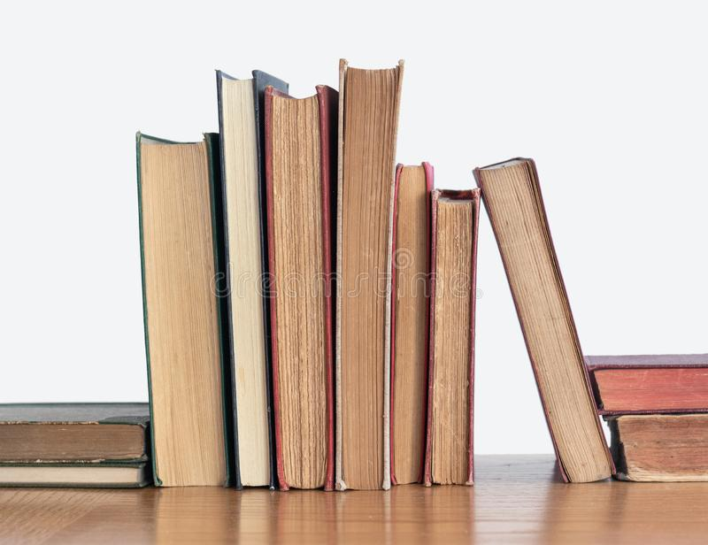 Bunt av gamla gulnade böcker på en trähylla royaltyfri fotografi