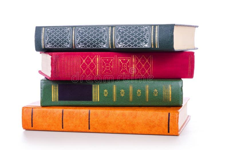 Bunt av gammala böcker som isoleras på white fotografering för bildbyråer