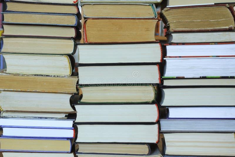 Bunt av gammalt och nya böcker arkivbild