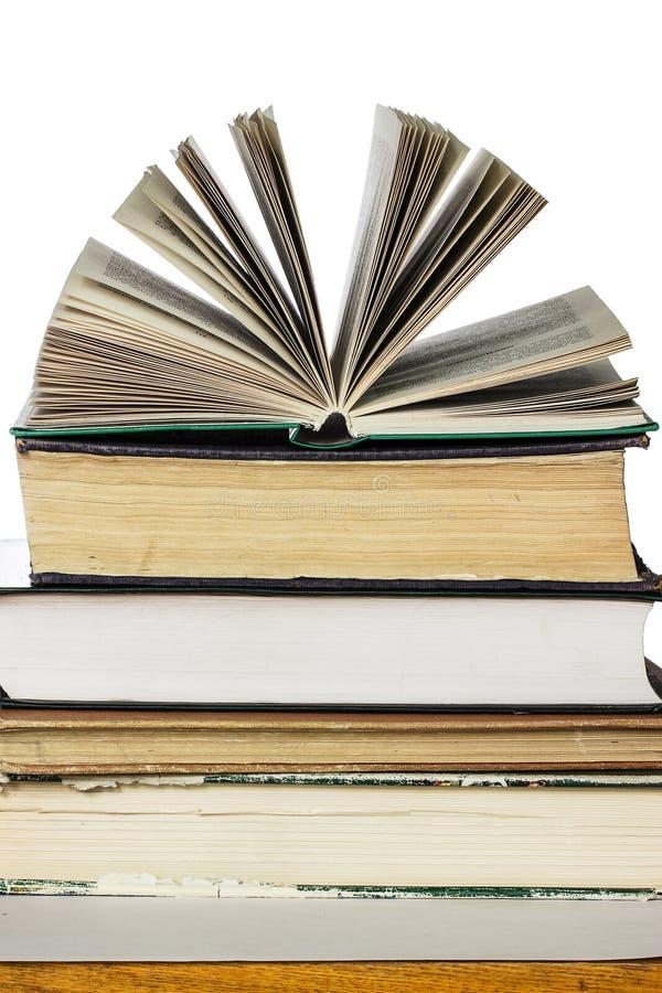 Bunt av gammalt och nya böcker arkivfoton