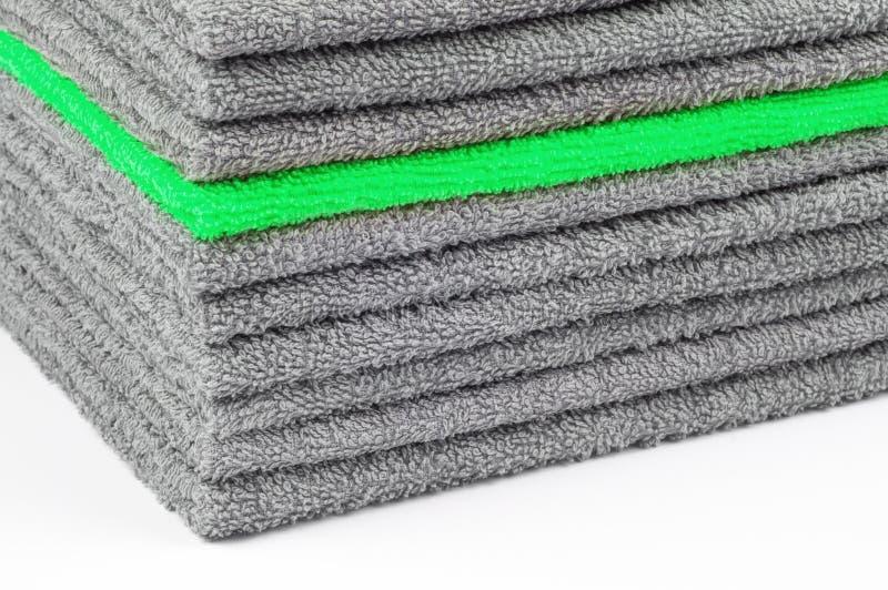 Bunt av gråa och gröna frottéhanddukar, begreppsmässig bakgrund arkivfoton