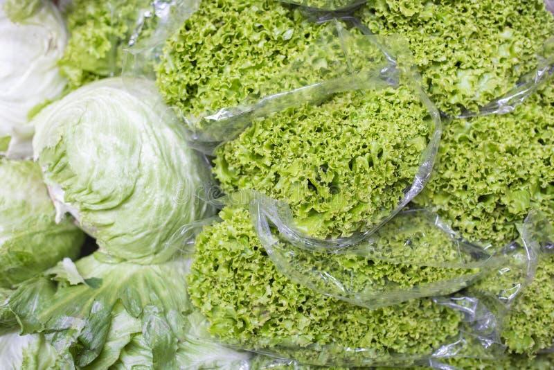 bunt av grönsallat i marknaden arkivbilder