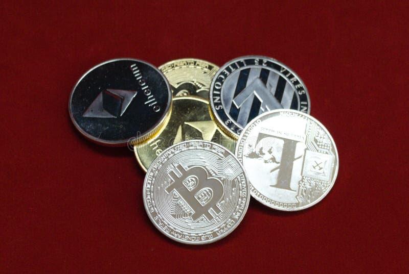 Bunt av guld- och silvercryptocurrencymynt royaltyfria bilder