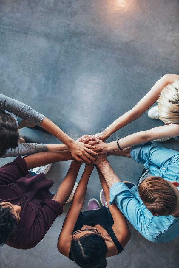 Bunt av händer som symboliserar förtroende och samarbete arkivbild