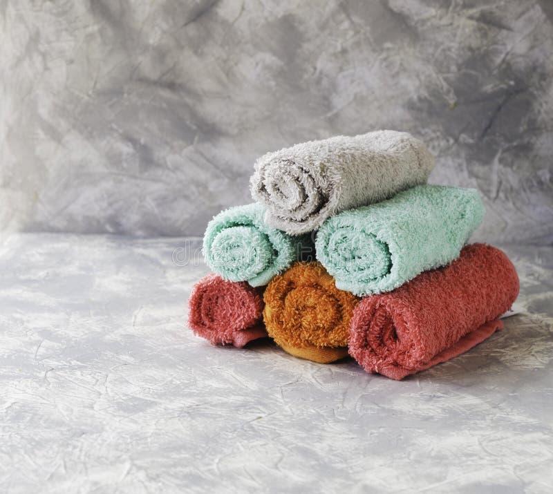 Bunt av handdukar på en marmortabell, ett utrymme under texten, selektiv fokus arkivfoto