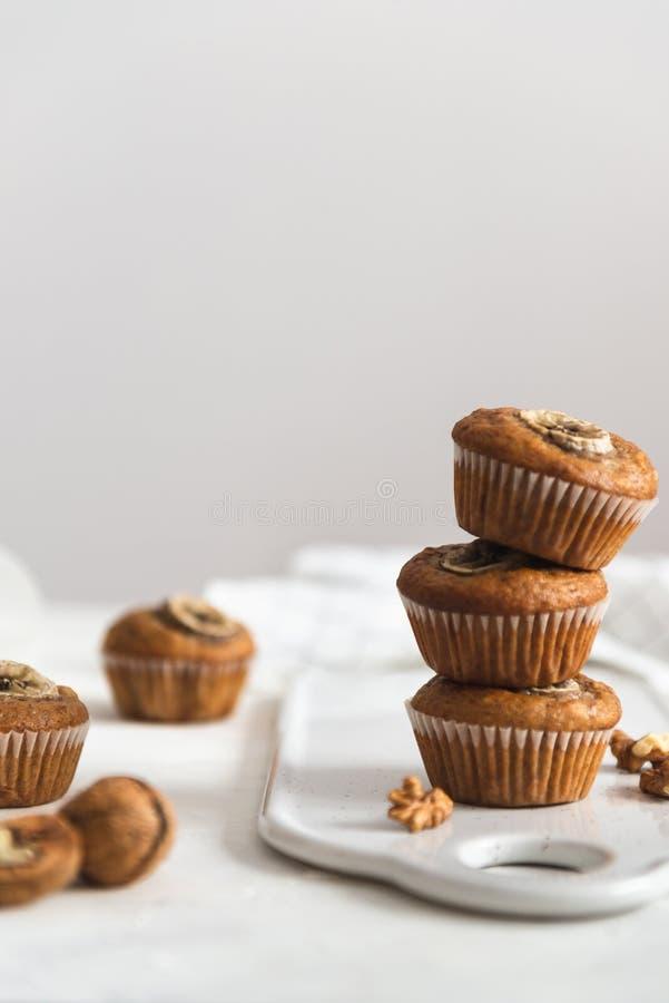 Bunt av hemlagade muffin för strikt vegetarianbananvalnöt Sidosikt, kopieringsutrymme fotografering för bildbyråer