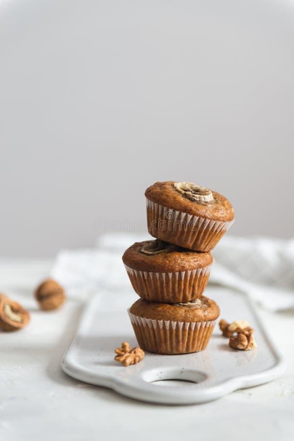 Bunt av hemlagade muffin för strikt vegetarianbananvalnöt Sidosikt, kopieringsutrymme royaltyfri foto