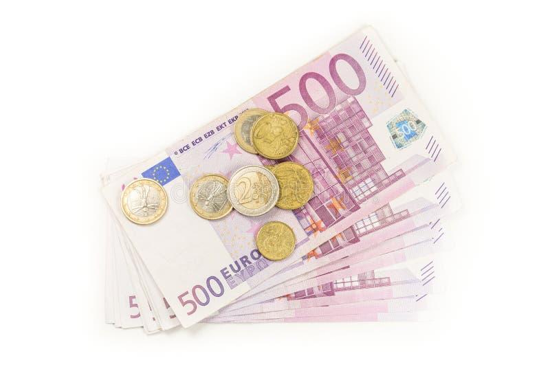 Bunt av isolerade eurosedlar och mynt euro f?r 500 sedlar royaltyfria bilder