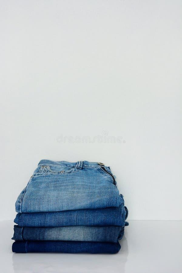 Bunt av jeans på vit bakgrund arkivbild