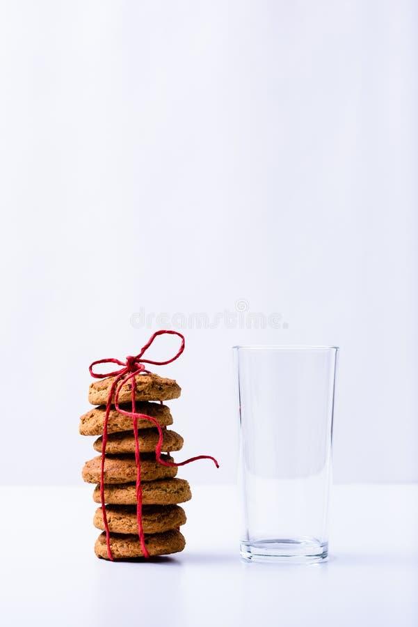 Bunt av julkakor med ett emty dricka exponeringsglas close upp royaltyfri bild