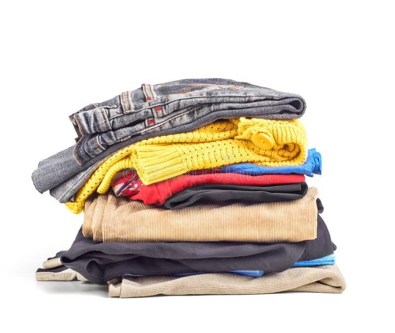 Bunt av kläder som isoleras på en vit bakgrund arkivfoton