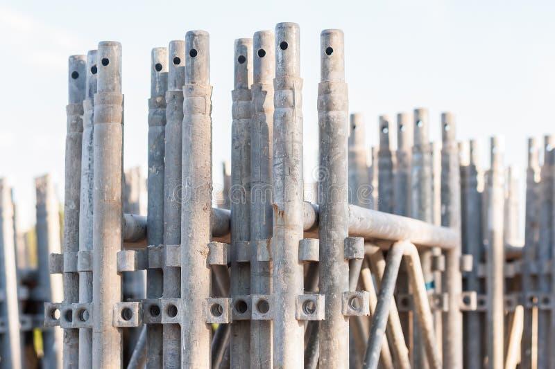 Bunt av konstruktionsmaterial till byggnadsställningbeståndsdelar royaltyfri bild