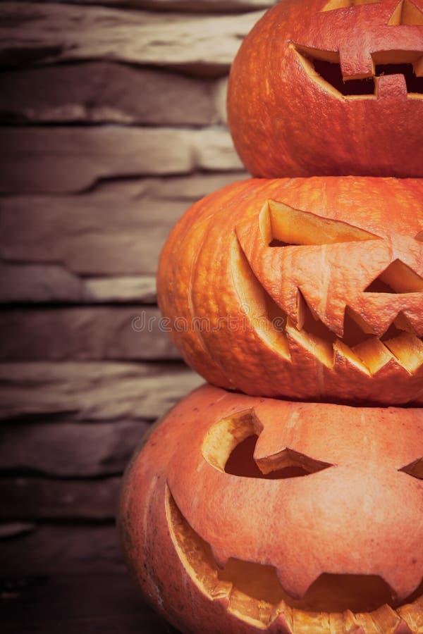 Bunt av lyktor för halloween stålarnolla i vertikal riktning på suddig stenbakgrund royaltyfria bilder