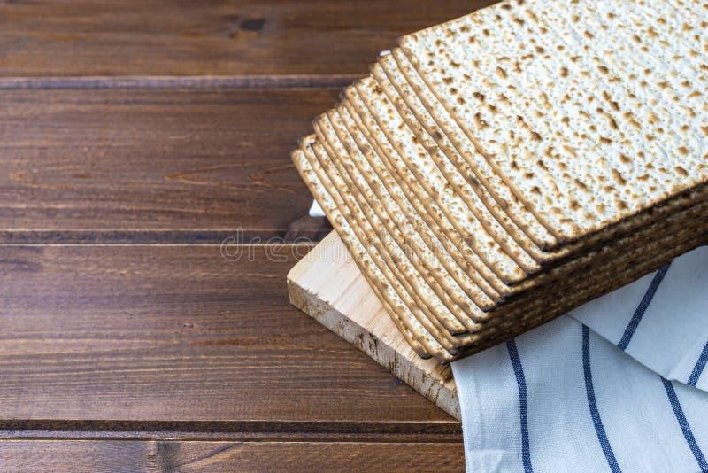Bunt av matzah eller matza på en trätabell arkivbild