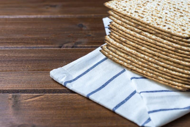 Bunt av matzah eller matza på en trätabell royaltyfria foton