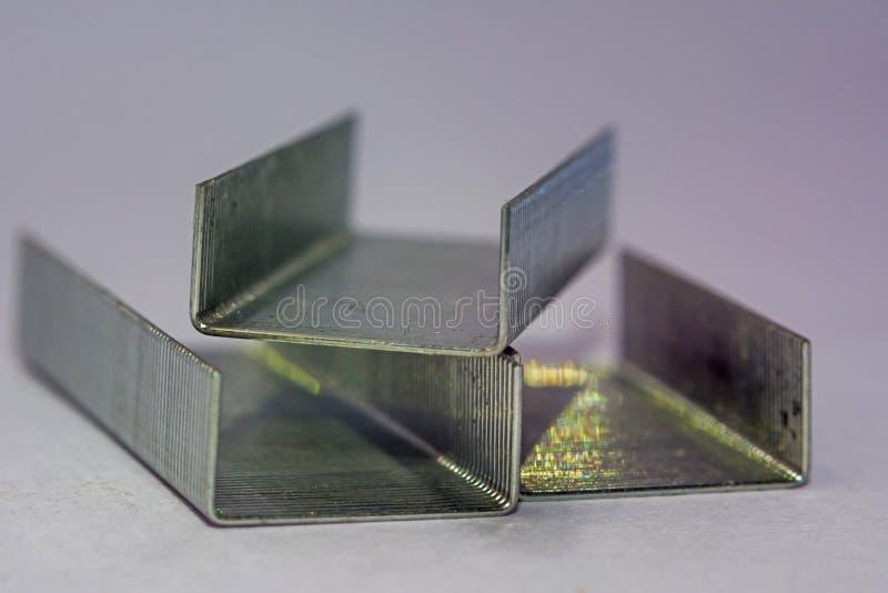 Bunt av metallh?ftklamrar arkivbild