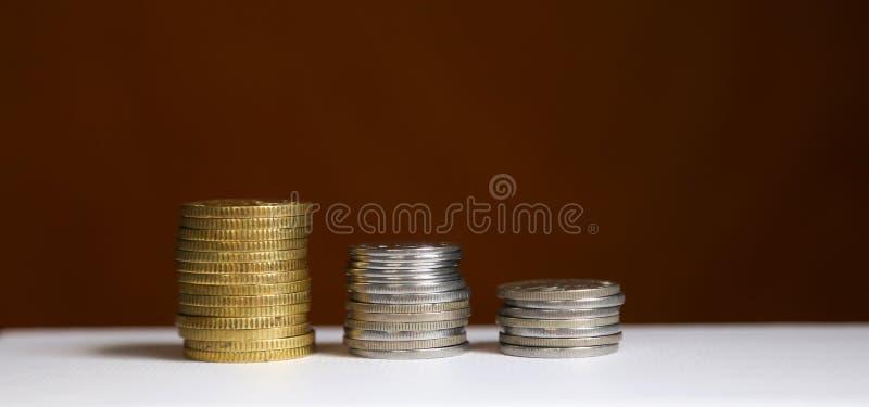Bunt av mynt - finans- och sparandebegrepp arkivbild