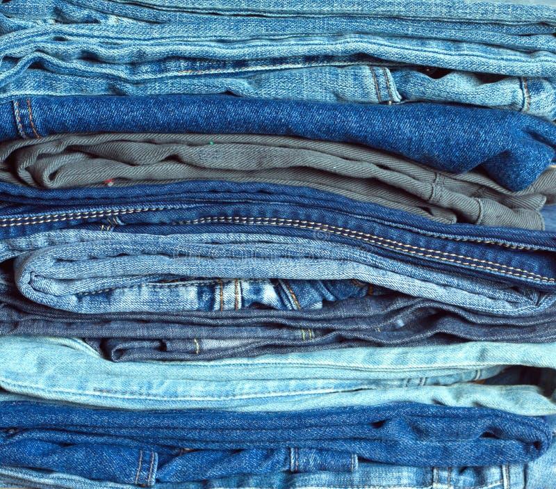 Bunt av närbild för många färgrik vikt jeans royaltyfri fotografi