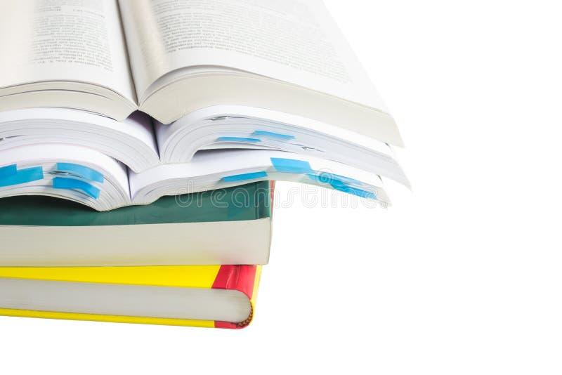Bunt av nya färgrika böcker som isoleras på en vit bakgrund royaltyfri bild