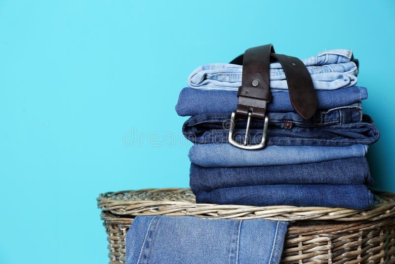 Bunt av olik jeans på korg royaltyfria bilder