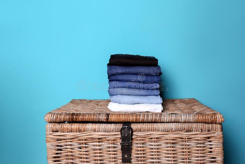 Bunt av olik jeans på korg arkivbilder
