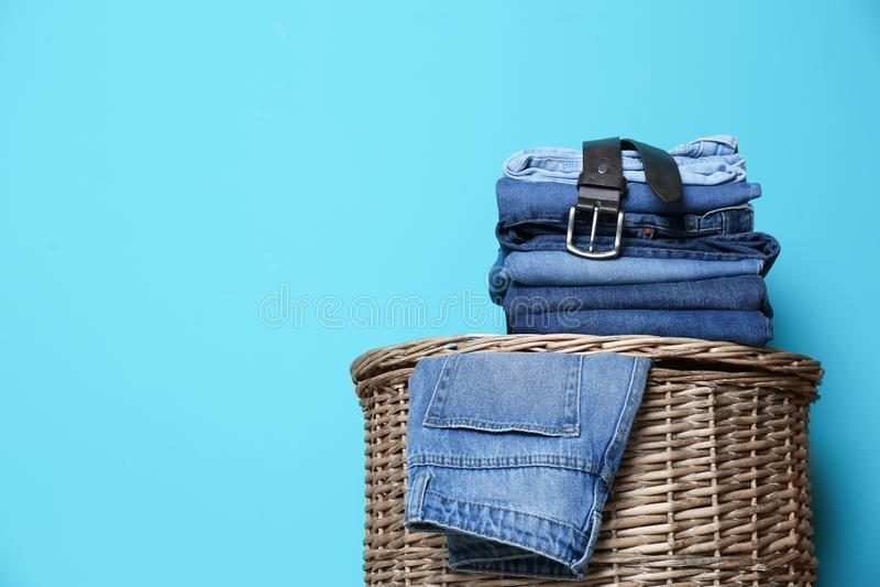 Bunt av olik jeans på korg fotografering för bildbyråer