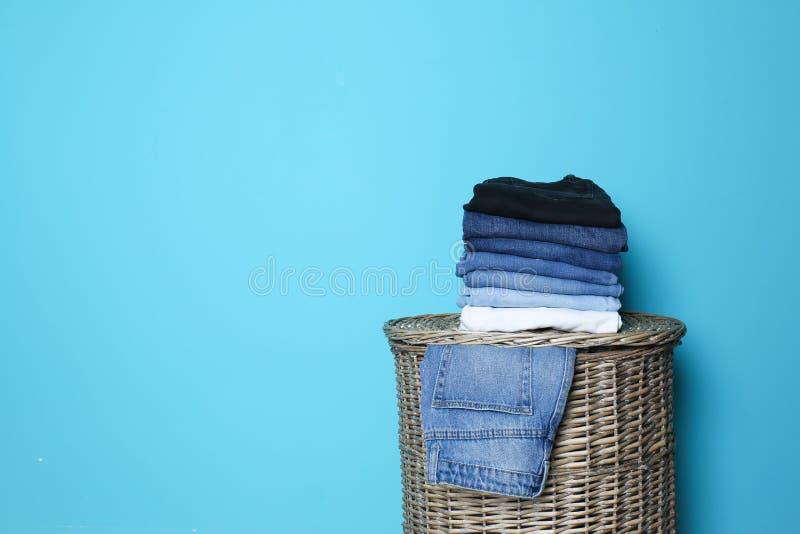 Bunt av olik jeans på korg royaltyfri bild