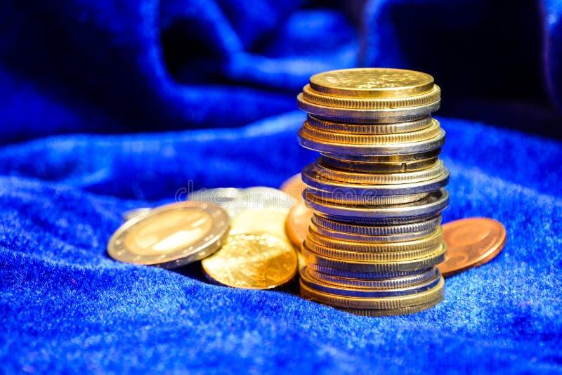 Bunt av olika europémynt på blå sammetbakgrund close upp fotografering för bildbyråer