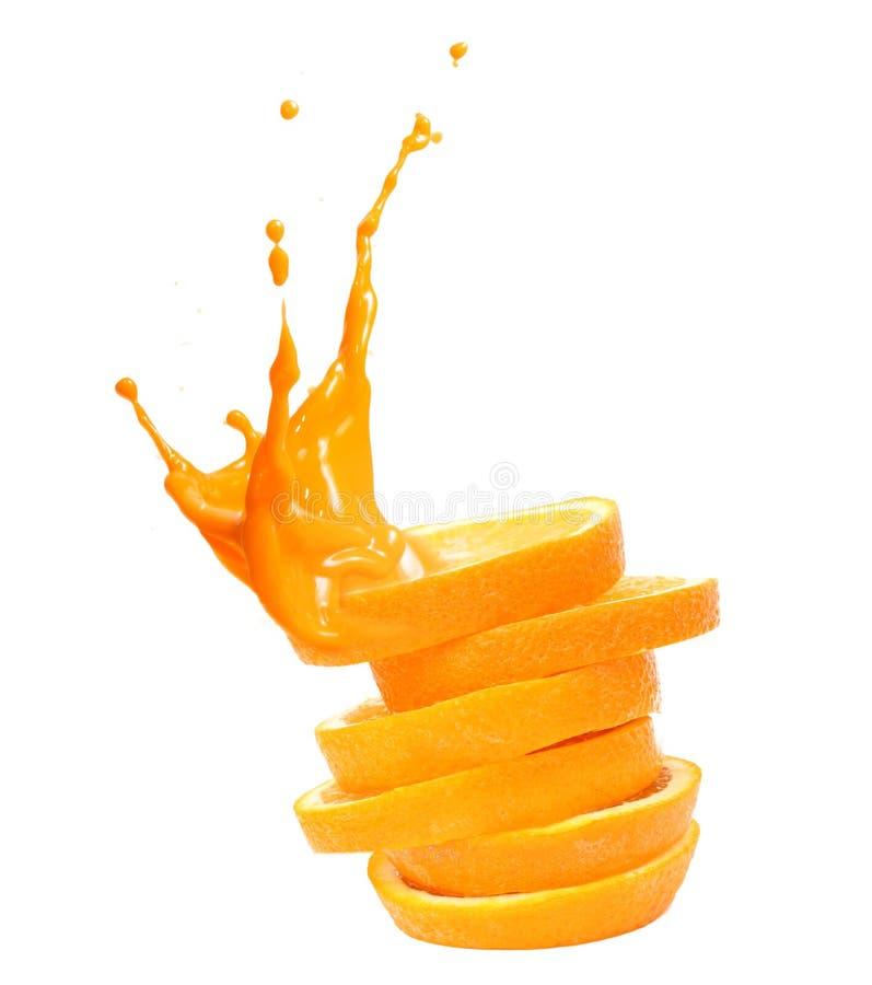 Bunt av orange fruktskivor med fruktsaftfärgstänk. fotografering för bildbyråer