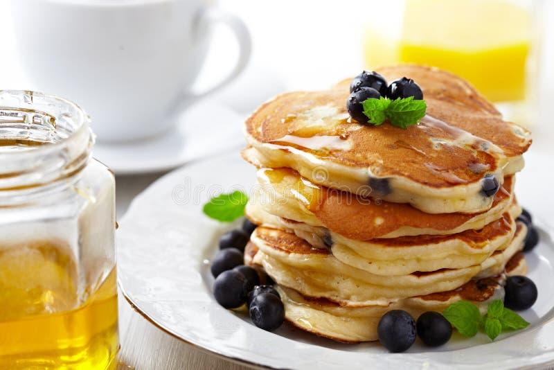 Bunt av pannkakor med det nya blåbäret royaltyfri foto