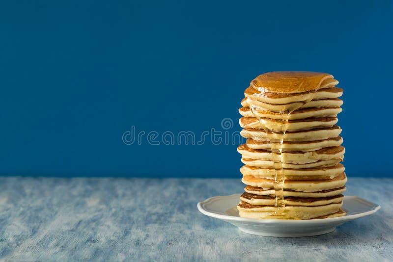 Bunt av pannkakor med honen royaltyfri fotografi