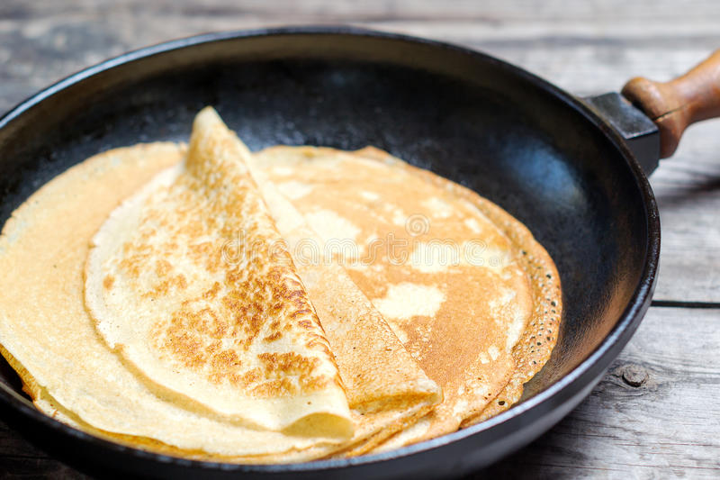 Bunt av pannkakor på en järn- stekpanna fotografering för bildbyråer
