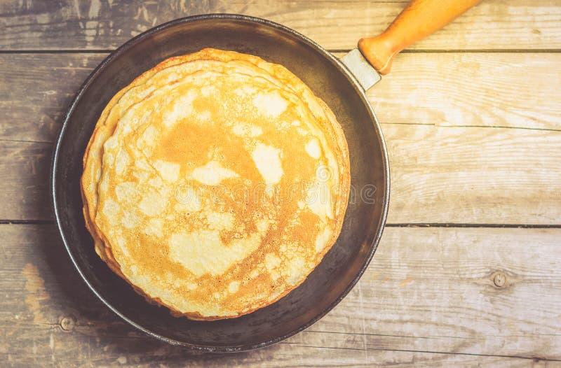 Bunt av pannkakor på en järn- stekpanna Top beskådar royaltyfria foton