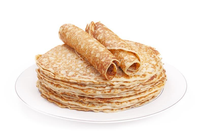 Bunt av pannkakor på en platta, vit bakgrund arkivbild
