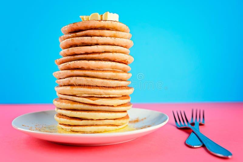 Bunt av pannkakor på rosa och blå bakgrund arkivfoton