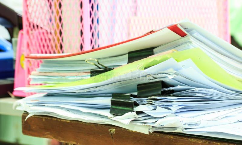 Bunt av pappers- mappar arkivfoton
