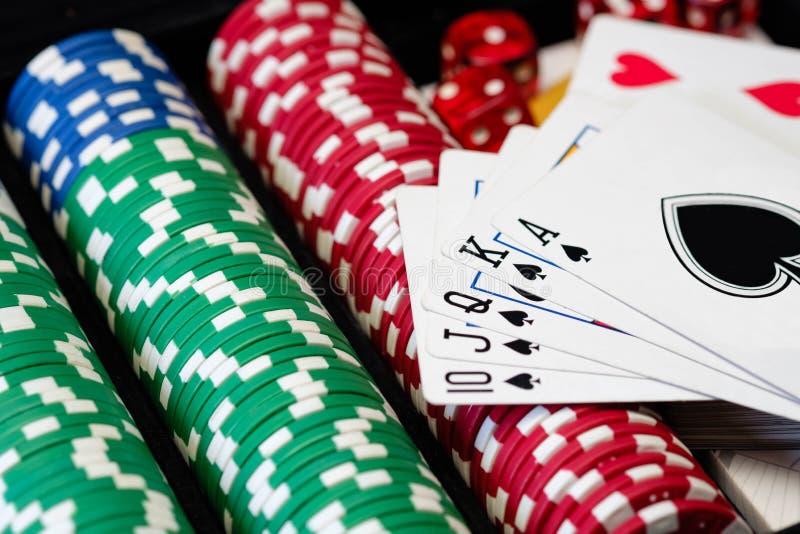Bunt av pokerchiper med tärning och kort arkivfoton