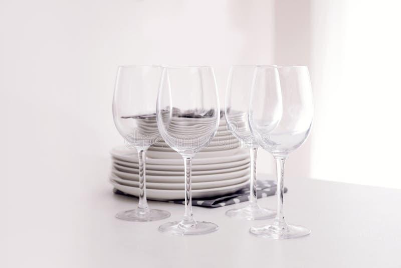 Bunt av ren disk och exponeringsglas på tabellen royaltyfria bilder