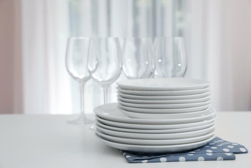Bunt av ren disk och exponeringsglas på tabellen royaltyfri foto