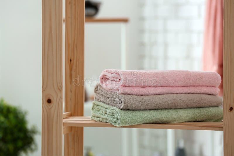 Bunt av rena handdukar p? hylla i badrum arkivbilder