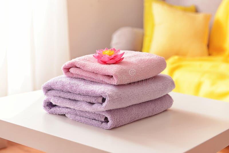 Bunt av rena handdukar p? tabellen arkivfoto