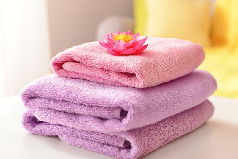Bunt av rena handdukar p? tabellen arkivbild