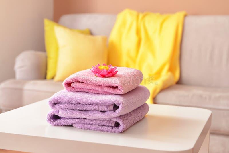 Bunt av rena handdukar p? tabellen royaltyfria foton