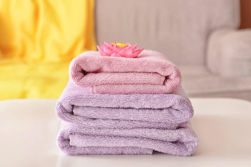 Bunt av rena handdukar p? tabellen arkivfoton
