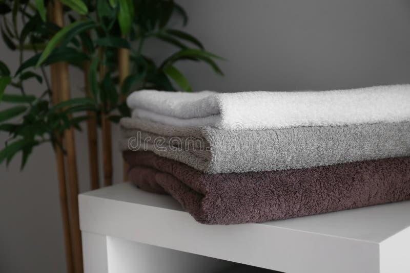 Bunt av rena mjuka handdukar på hylla royaltyfri bild