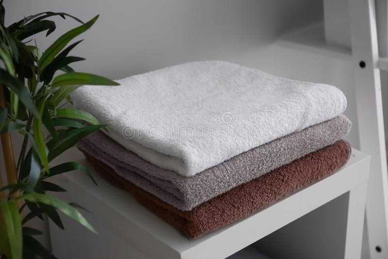 Bunt av rena mjuka handdukar på hylla royaltyfri fotografi