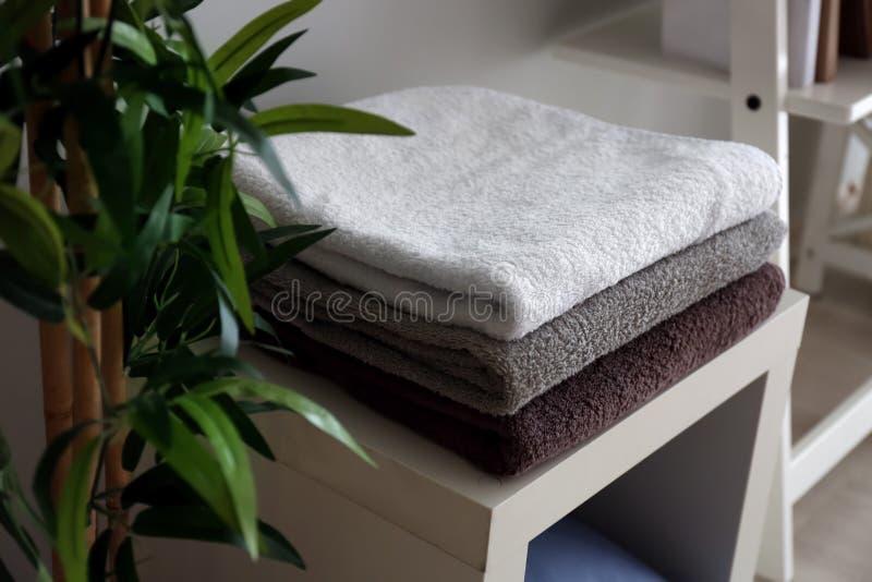 Bunt av rena mjuka handdukar på hylla fotografering för bildbyråer