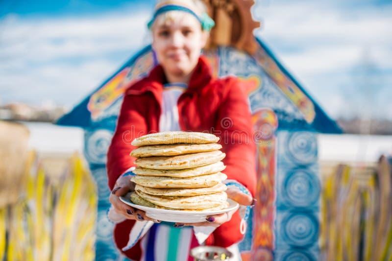 Bunt av ryska pannkakor Begreppet av rysk ferie Maslenitsa, Shrovetide Selektiv fokus i pannkaka royaltyfria foton