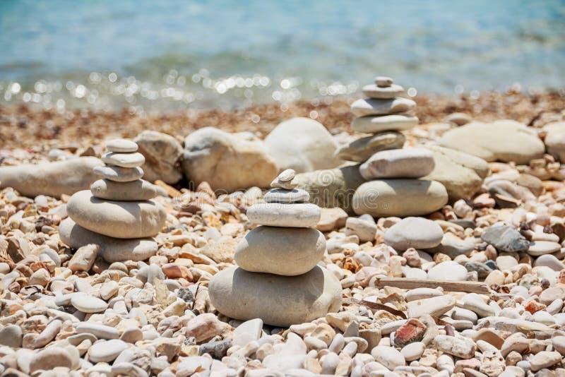Bunt av stenar på havssommarstranden Högen av kiselstenarna på den steniga coastStonespyramiden på Pebble Beach arkivfoton
