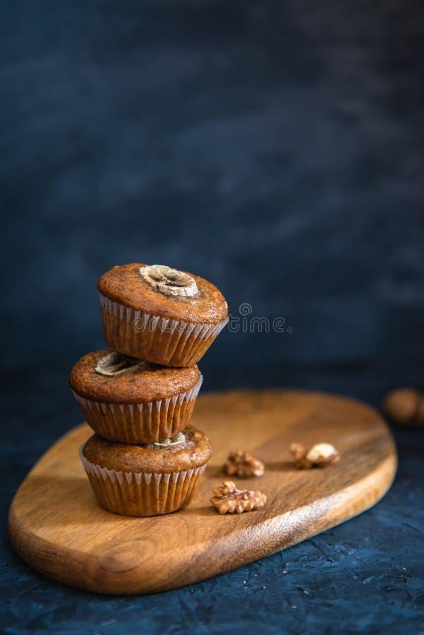 Bunt av sunda muffin för strikt vegetarianbananvalnöt Sidosikt, kopieringsutrymme arkivfoton